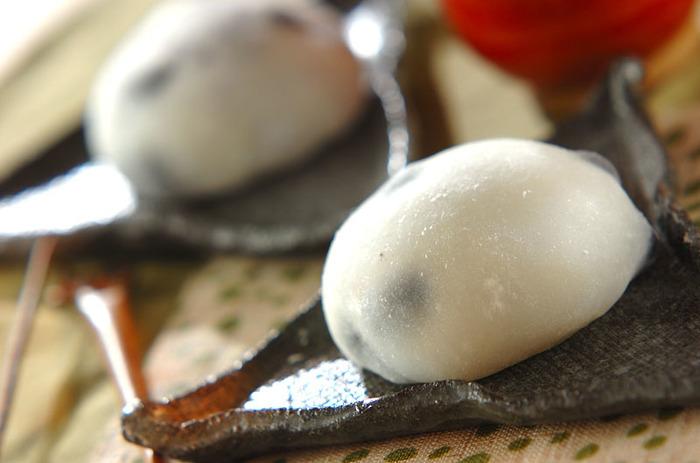 黒豆を使った大福のレシピです。電子レンジで手軽に作れますよ!おもてなしにもぴったりなスイーツですね。