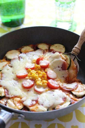 パーティーメニューにおすすめのピザもおもちでリメイクしてみましょう。トマトやナス、チーズを合わせてボリューム満点の一品が完成しますよ。
