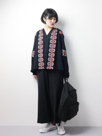 今期大注目の刺繍入りの黒トップス。パンツもバッグも黒で統一したワントーンコーデ。足元まで黒にすると重たくなりすぎるので、白のコンバースであえて軽さを出しています。スニーカーの赤ラインが刺繍の色とさり気なくリンクしているところもポイント。