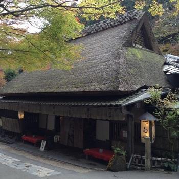 苔むした茅葺き屋根に歴史を感じる『鮎の宿 つたや』は、江戸時代から400年以上続く老舗店。 創業時は、旅人をもてなす茶店でした。  当時、「保津川」から鮎を運ぶ人たちは、京都の街中まで「天秤棒」で運ぶ途中、この「つたや」で新鮮な水に入れ替えたといいます。