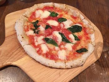 石釜で焼かれた本格ピザは、周りが厚めのナポリ風。もっちりとした食感が美味しいと評判です。