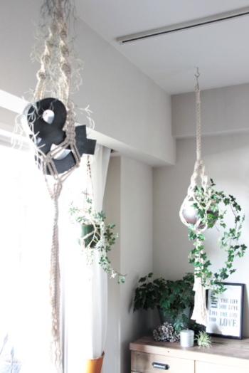 麻ひもやロープで作られたプラントハンギングも涼しげでオシャレなアイテムです。ガラスのフラワーベースに変えればより夏らしい雰囲気に◎