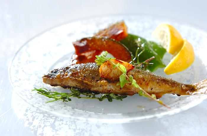 【鮎のハーブソルト】 ハーブソルトは、魚料理にもよく合います。季節の鮎も、塩焼きとは違った、新たなおいしさに。ほろほろとほどけるようにうまみが広がる鮎に、香り高いハーブがからみ絶品です。
