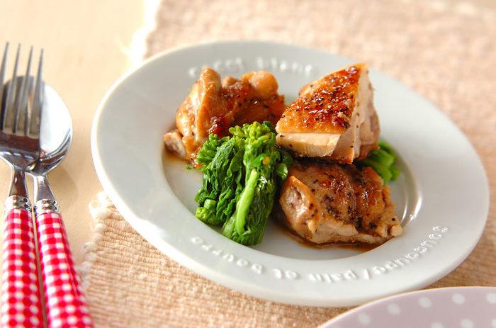 【鶏肉のハーブソルト炒め】 余分な脂を取り除きながら、カリっと焼き上げるのがコツ。ハーブの香りをまとったお肉のうまみとジューシーなおいしさを存分に味わえるメインメニューです。