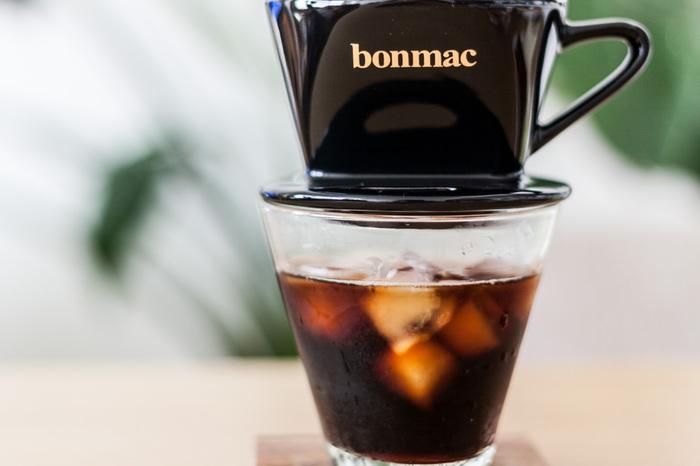 """ハンドドリップ式やネルドリップ式のコーヒーなら、一人分のアイスコーヒーを淹れる時には氷を入れたグラスに直接抽出してしまいましょう。道具も少なくてすみますし、工程もほんの少し省けます。淹れたての""""アイスコーヒー""""は格別の味。友人が訪れた時もささっと冷たいアイスコーヒーを作ればきっと喜ばれますね。"""