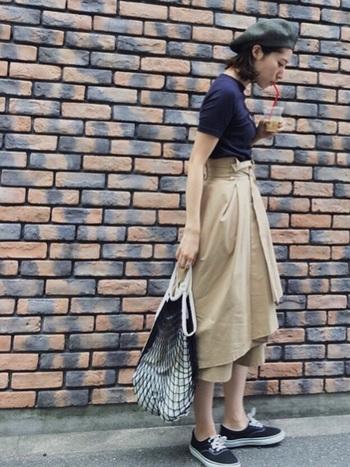 ちょっぴり個性的なデザインのスカートに、あみあみバッグを合わせて、カジュアルダウン。スニーカーをプラスすれば、バランスの良い着こなしに。