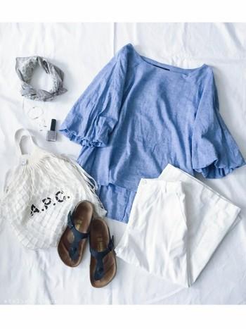 ブルーのブラウスとホワイトのさわやかな組み合わせに、あみあみバッグをプラスしてラフな雰囲気に。バッグの中にトートバッグを入れて、お洒落にカスタマイズするのも素敵ですね。