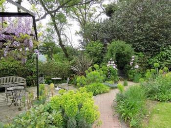 """ガーデナーのニコラス・レナハンが""""本物の庭""""を目指して育ててきた、藤棚、キッチンハーブ、バラと色とりどりのお花が目に嬉しい、歩いて楽しめるイングリッシュガーデンです。いつ訪れてもその季節の植物を感じられる庭です。"""