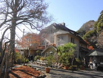 浄妙寺の境内を登っていくと見えてくる洋館が石窯ガーデンテラスです。斜面を登っていく途中もヤマアジサイの小径があったり、自然の美しさが目をひきます。  店内も、ステンドグラスやちょっとした造作の一つひとつが素敵です。