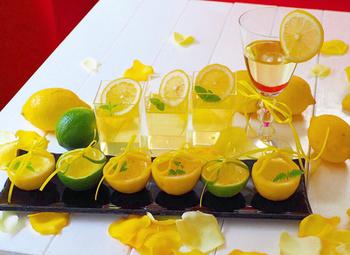レモン果汁たっぷりのビタミンウォーターを使ったレモンゼリー。レモンを絞る手間が省ける時短レシピです。