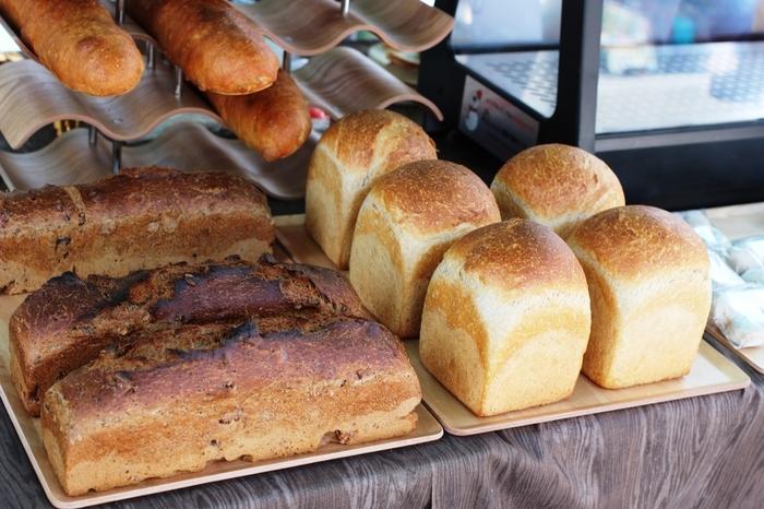 食パンやフランスパンなどの本格パンも。色つや・カタチ、共に個性豊かな見た目のパンは見ているだけで心が躍ります。
