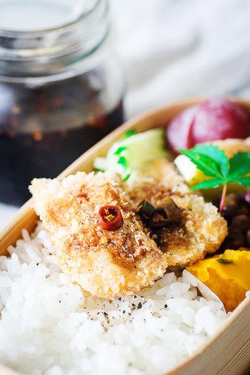 青唐辛子醤油を、揚げ物にかけるのもおすすめ。ピリリとした辛さが,油物もさっぱりすっきりとさせてくれます。お弁当のフライなどにもおすすめ。