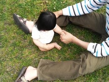 パパに赤ちゃんと一緒に散歩や公園に行ってもらうことで、少しの時間でも自分だけの自由な時間を持ちましょう。