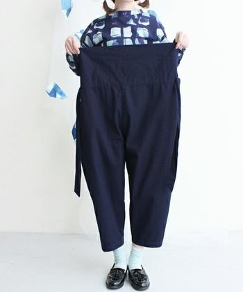 タイパンツは、ウエストを広げるとこんなにゆったりとしています。見慣れないデザインに、戸惑ってしまうかもしれませんが、履き方はとっても簡単です♪まずは、パンツをお好みのウエストの位置で履きましょう。