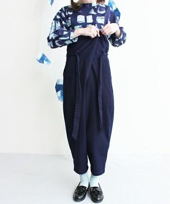 後は、パンツのウエストをお好みのスタイルに折りたたみ、帯をぐるぐるっと巻き付けてぎゅっと結ぶだけ。