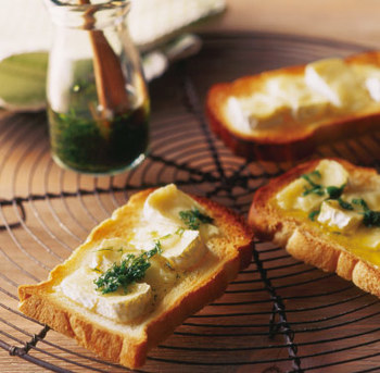 【カマンベールトースト~ハーブオイルソース~】 ハーブオイルの豊かな香りをストレートに味わうなら、パンにかけるのもおすすめ!こちらは、カマンベールトーストに、バジルとディルのハーブオイルをたらしています。