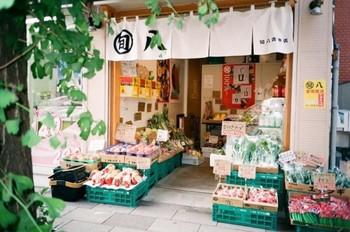 """『旬八青果店』は、""""旬にこだわる""""八百屋さん。安心・安全な旬の青果にこだわり、それを食べる人々の健康を大切にしています。"""