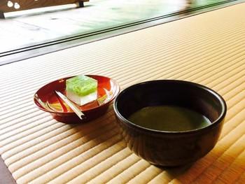 お抹茶に干菓子か季節の生菓子を添えて。器、季節の花々など、行き届いた配慮が感じられます。ゆったりと静かな時間を過ごしてリラックスしてみては。