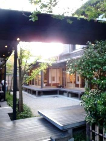 古民家を改築した建物は昔ながらの日本家屋でありながら、洒脱な造り。ずっとここにいたくなるような居心地の良さがあります。風情ある縁側は自然と建物が調和した理想形。ほっこり佇みながら、四季の空気を感じられます。  古木の松をはじめ、庭の仕立ては古き良き日本の趣。