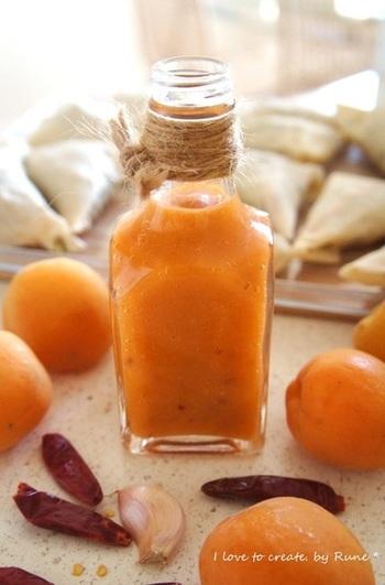 エスニック調味料も、夏に食べたくなる味ですね。こちらは、杏ジャムにナンプラーなどを加えたスイートチリソース。上品な甘さで、春巻きなどの揚げ物にもぴったりです。無添加がうれしいですね。色もキレイ♪