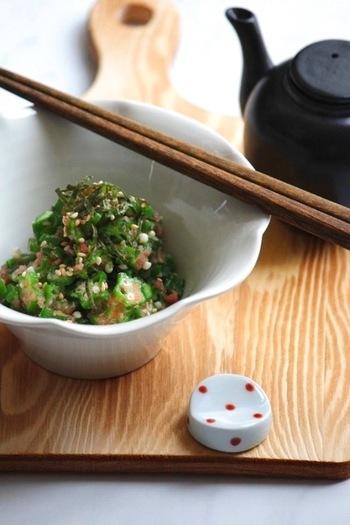 茹でたオクラを明太子と合わせた超お手軽レシピ。すぐに出来ちゃうので、あと1品欲しいなんてときにもおすすめです。熱々のごはんにのせて丼にしたり、お酒のおつまみとしても美味しくいただけます。