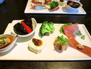 前菜からこだわり抜かれた品々は一口ごとに手が込んでいて舌鼓。お蕎麦、一品料理、コースなどから選べます。