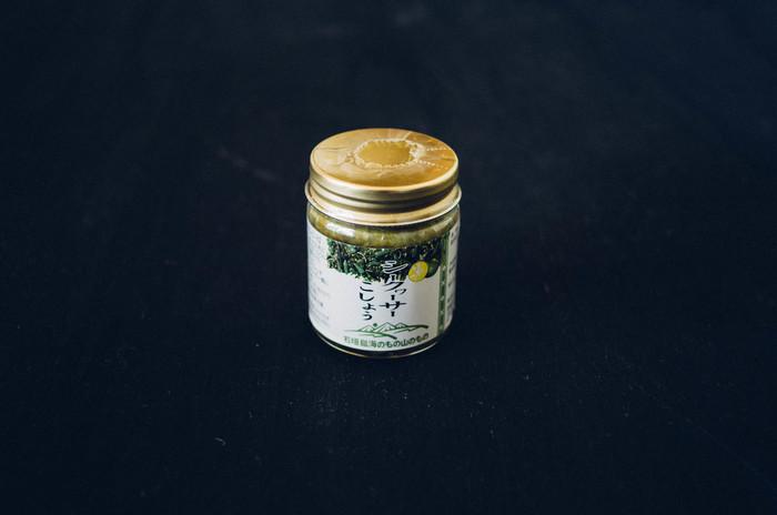 沖縄・石垣島ならではの珍しい香辛料。シークワーサーと青唐辛子、泡盛をブレンドした、柚子胡椒ならぬシークワーサーこしょう。薬味としてはもちろん、マスタード代わりにソーセージに添えたり、おでんやお味噌汁に入れたり。使い方自在の調味料。