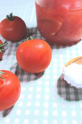 煮沸消毒した瓶に、タネを取ったトマトと塩を交互に入れていくだけ。常温で5~7日置いたら、あとは冷蔵保存。2週間程度で、皮がつるりとむけて、夏にうれしい爽やかな調味料になります。