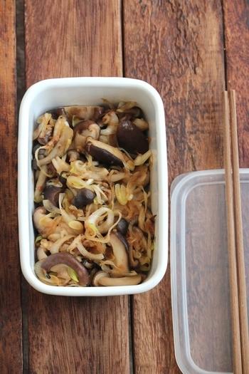 きのこと長ねぎを炒めて、醤油・ラー油・鰹節だけでシンプルに味付けた一品。副菜やお弁当のおかずにしても喜ばれそうです。
