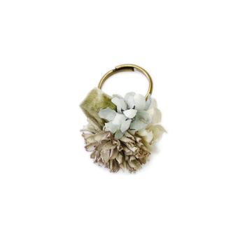 一枚づつ手染めによって時間を重ねて作った染め花の指輪は、 ヴィンテージ風の控えめな色味なのに、装いの華やかでスパイシーなアクセントになってくれます。