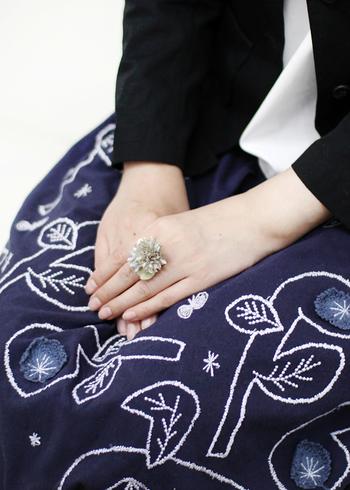 ドライフラワーと生花の間のような風合いで、昔から一緒にいたような親近感で指もとに寄り添ってくれますよ。