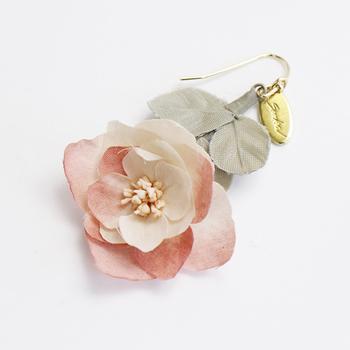 絵本から出てきたような、優しげでロマンティックなお花のピアス。 紫陽花のドライフラワーをイメージしたんだそう。