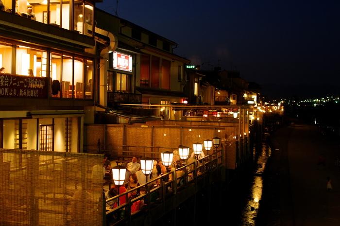 川床とは、夏の季節に川の上に設置される屋外のお座敷のことで、そのはじまりは江戸時代にさかのぼります。京都の鴨川では5月~9月の間、川沿いいっぱいにお座敷が立ち並びます。現代では畳のお座敷以外にテーブル席を設けるおしゃれなお店も多くなりました。今回は風情ある川床を楽しめるお店をご紹介します。