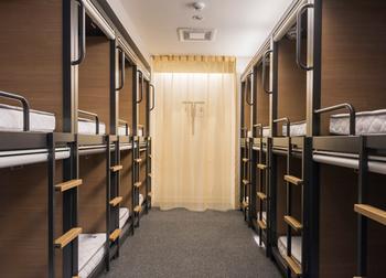 女性一人での宿泊も安心の女性フロア。日本製のオリジナルベッドは、プライバシーが考慮された居心地の良い空間になっています。