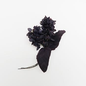 ブラックのお花って、どうしてこんなにシックなんでしょう。 モノトーンにも鮮やかな色合いのお洋服にも素敵に咲いてくれます。