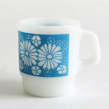 ファイヤーキングにお花のデザインがあるのを、ご存知でしたか? 独特の透け感とフォルムの上に、水色の花々が咲き誇っています。