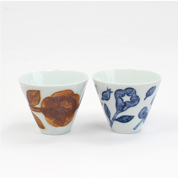 焼き物の町「波佐見」にて熟練の職人によって丁寧に作られているカップは、丈夫で壊れにくい波佐見焼。 草花模様にほっこりするオープンカップはいつものお供にも、おもてなしにも◎。