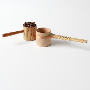 カップ部分は栗の木、持ち手には桜の木を使ったコーヒーメジャー。とっても繊細に丁寧に作られています。シンプルなデザインのものと柄の部分に籐を巻いたものの2種類。  一杯で約10gの豆をすくうことができます。