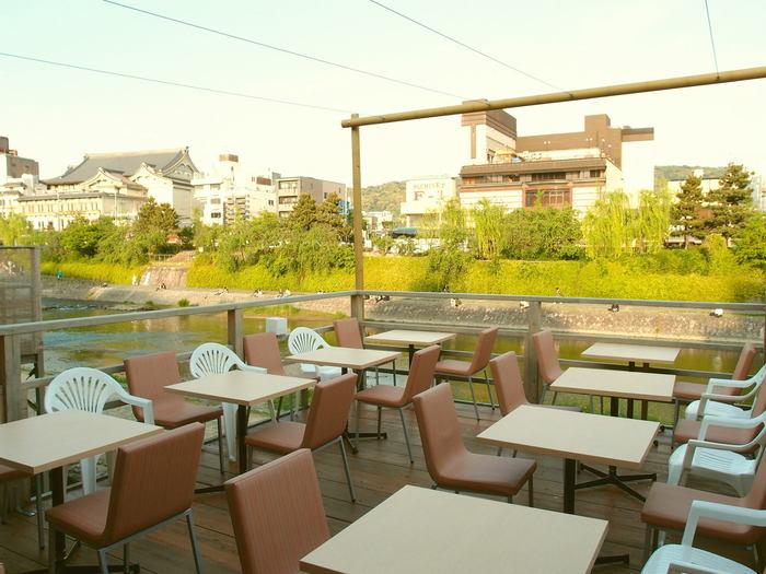 店名のバーン・リナームは「川のほとりに佇む家」という意味で、まさしくこの場所にぴったり。すぐそばを流れる鴨川と緑豊かな景色を楽しみながら、本格的なタイ料理を味わえます。