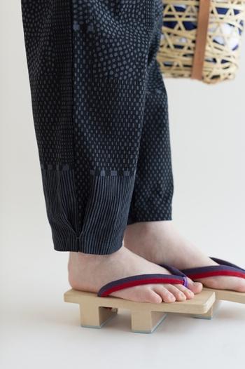 絞りのあるもんぺは、下駄とも相性抜群。SOU・SOUの襞もんぺなら、タック(襞)で裾を自然にすぼめたデザインなので、美しいシルエットを表現できます。