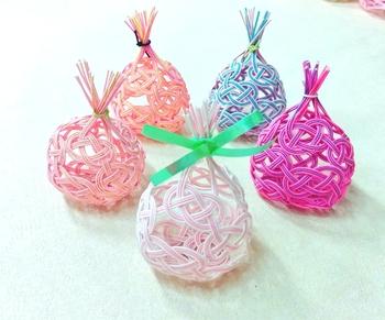 丸い巾着型のポチ袋は、小さな焼き菓子を入れたり、ポプリを入れて匂袋にも。いくつか作っておくと、色んなシーンに彩りを添えてくれます。