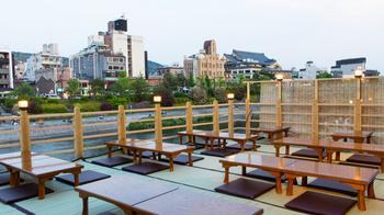 鴨川はもちろん南座も一望できる床席は、定番のお座敷タイプ。畳に座って昔ながらの川床を楽しめます。
