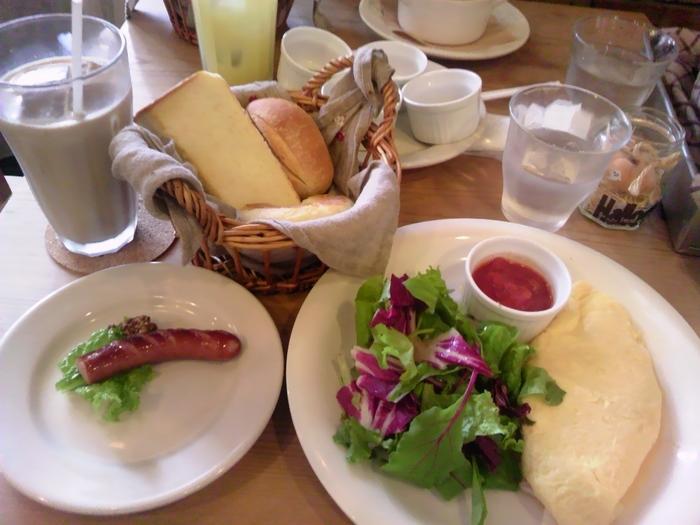 土日祝は朝食もいただけます。もちろんパンのお代わりOK。ふわふわのオムレツが美味しそうですね。ランチも土日祝の朝食もとっても人気があるので、事前に予約することをオススメします。