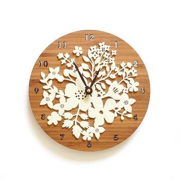 温もりのあるこのお花の時計は、 竹とアクリルという異素材で作られており、お互いが素材を際立たせています。  アメリカ、カンサスシティを拠点に活動するデザイナーによる作品ですが、日本にいても手に入ります。