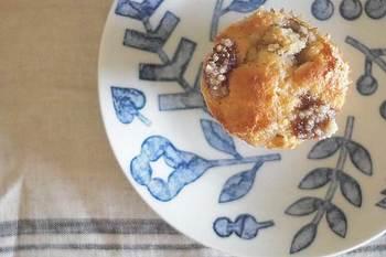 波佐見焼の伝統技法を大切にしながら、現代的でデザイン性の高い器を作る「ペブル セラミック デザイン スタジオ」。こちらのパン皿は、色合いも柄も温かでやさしく、日々手に取りたくなるデザイン。何気ない日常にほっと癒しを与えてくれそうです。