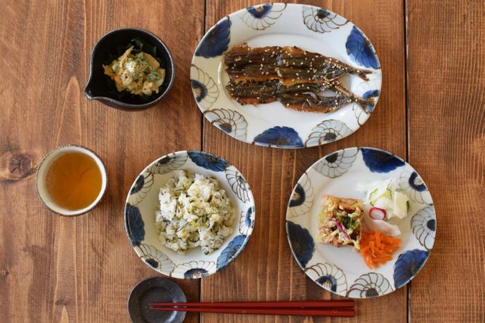 伝統的な九谷焼の技法を生かしつつ、若い感性も大切に、瑞々しく表情豊かな器を製作する「九谷青窯」。青藍色の濃淡が繊細なこちらの花柄の器は、高原真由美さんが手掛けたもの。お皿の淵をぐるっと花々が彩る様子がとても美しいですね。