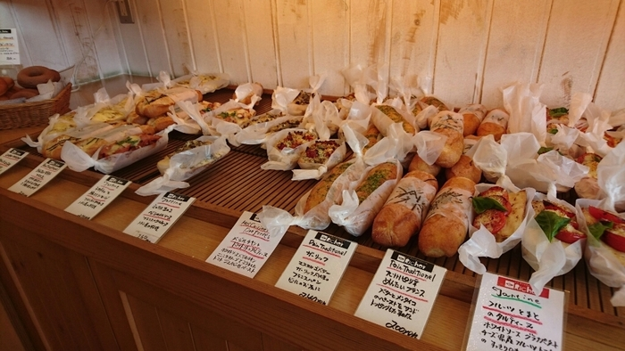 種類もとっても豊富で、特にハード系のパンがオススメ。バケットは毎日の気候により作り方を変えているといったこだわりよう。外側はパリッとしていながら中はしっとり&モッチリ。この絶妙なバランスがたまりません。