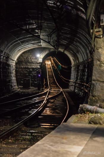 駅のホーム端まで歩いてゆくと、トンネルの中を見渡すことができます。暗いトンネルを通って、塔ノ沢駅は列車がやってくる瞬間の臨場感は迫力満点です。