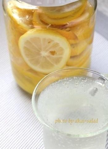 まずは、瓶の煮沸消毒をしっかりと。そして、ハーブオイルなどは冷蔵すると固まってしまいますので常温保存になりますが、オイルから具材が頭を出しているとカビが生えやすいので要注意。早めに使い切りましょう。また、塩レモンなども熟成後は、冷蔵庫へ。柚子胡椒は冷凍保存もおすすめです。