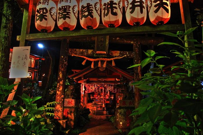 夜になると、鳥居に吊るされた提灯に灯り燈され幻想的な雰囲気が漂い、塔ノ沢駅が持つ独特の魅力を引き立てています。